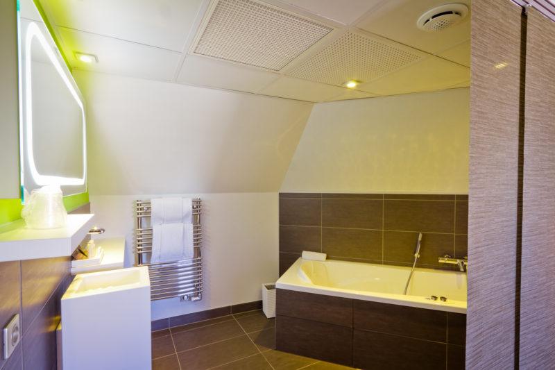 Suite K salle de bain baignoire balnéo